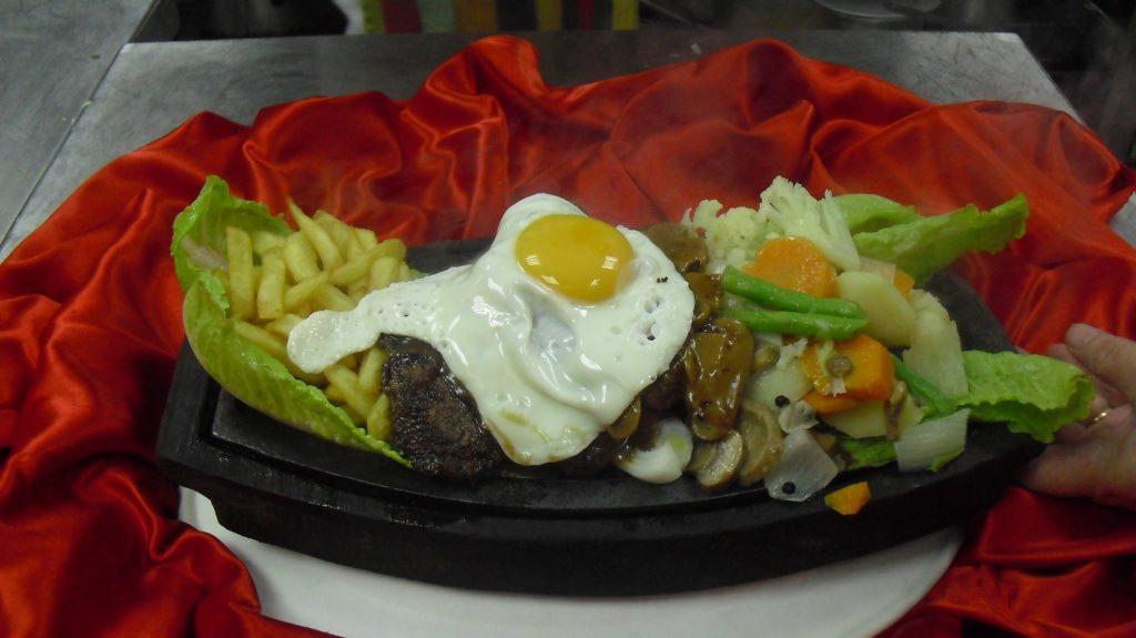 شريحة لحم الأمريكي مع البطاطا المقلية والخضروات- خاص بفلامنجو