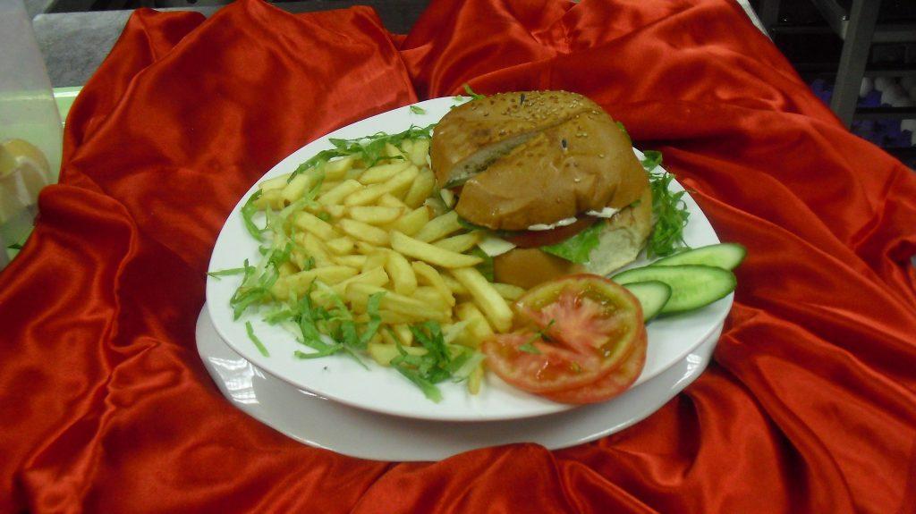 تشيز برجر الدجاج أو لحم البقر مع البطاطا المقلية