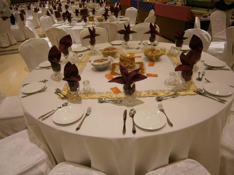 الطاولات المستديرة المجهزة بشكل كامل